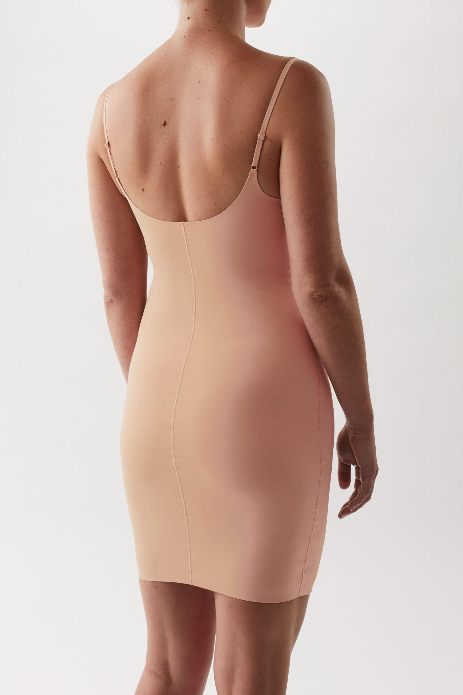 COS 리사이클 나일론 슬립 드레스의 쉐이드 326컬러 ECOMLook입니다.