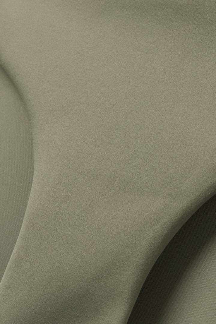 COS 브라질리언 핏 비키니 바텀의 카키 그린컬러 Detail입니다.