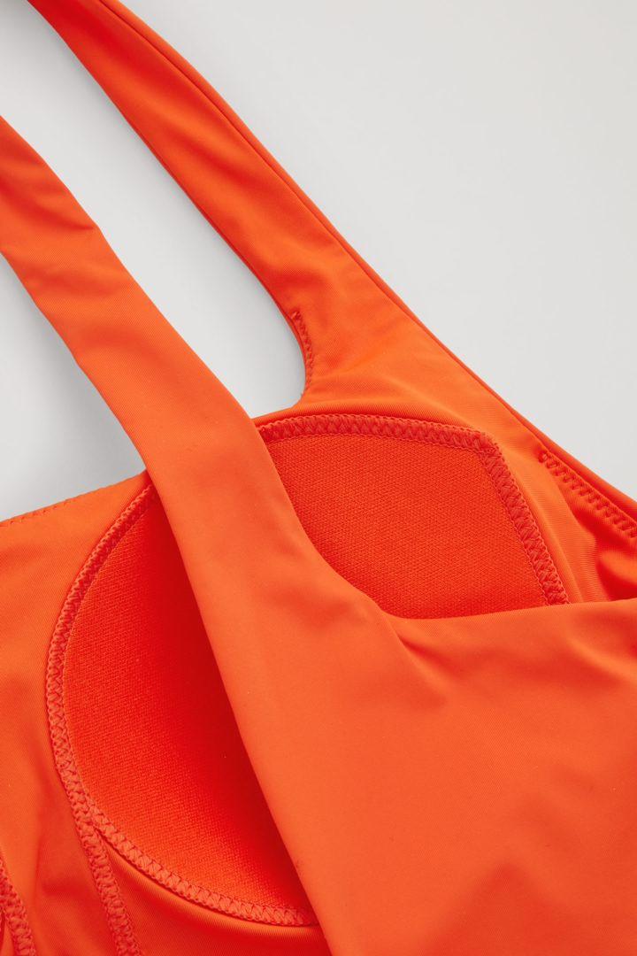 COS 오픈백 스윔수트의 오렌지컬러 Detail입니다.
