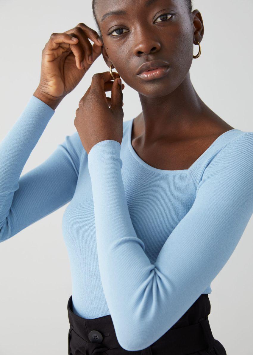 앤아더스토리즈 피티드 크롭 에이시메트리컬 네크라인 스웨터의 라이트 블루컬러 ECOMLook입니다.