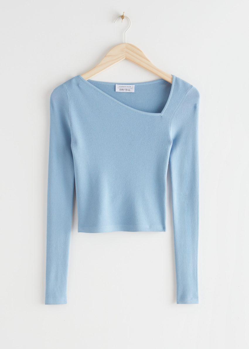 앤아더스토리즈 피티드 크롭 에이시메트리컬 네크라인 스웨터의 라이트 블루컬러 Product입니다.
