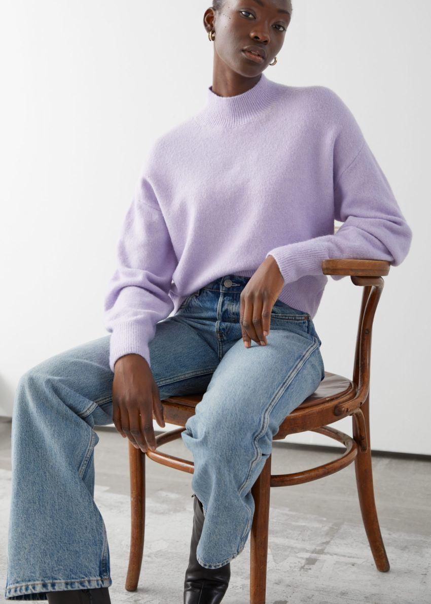 앤아더스토리즈 모크 넥 스웨터의 라일락컬러 ECOMLook입니다.