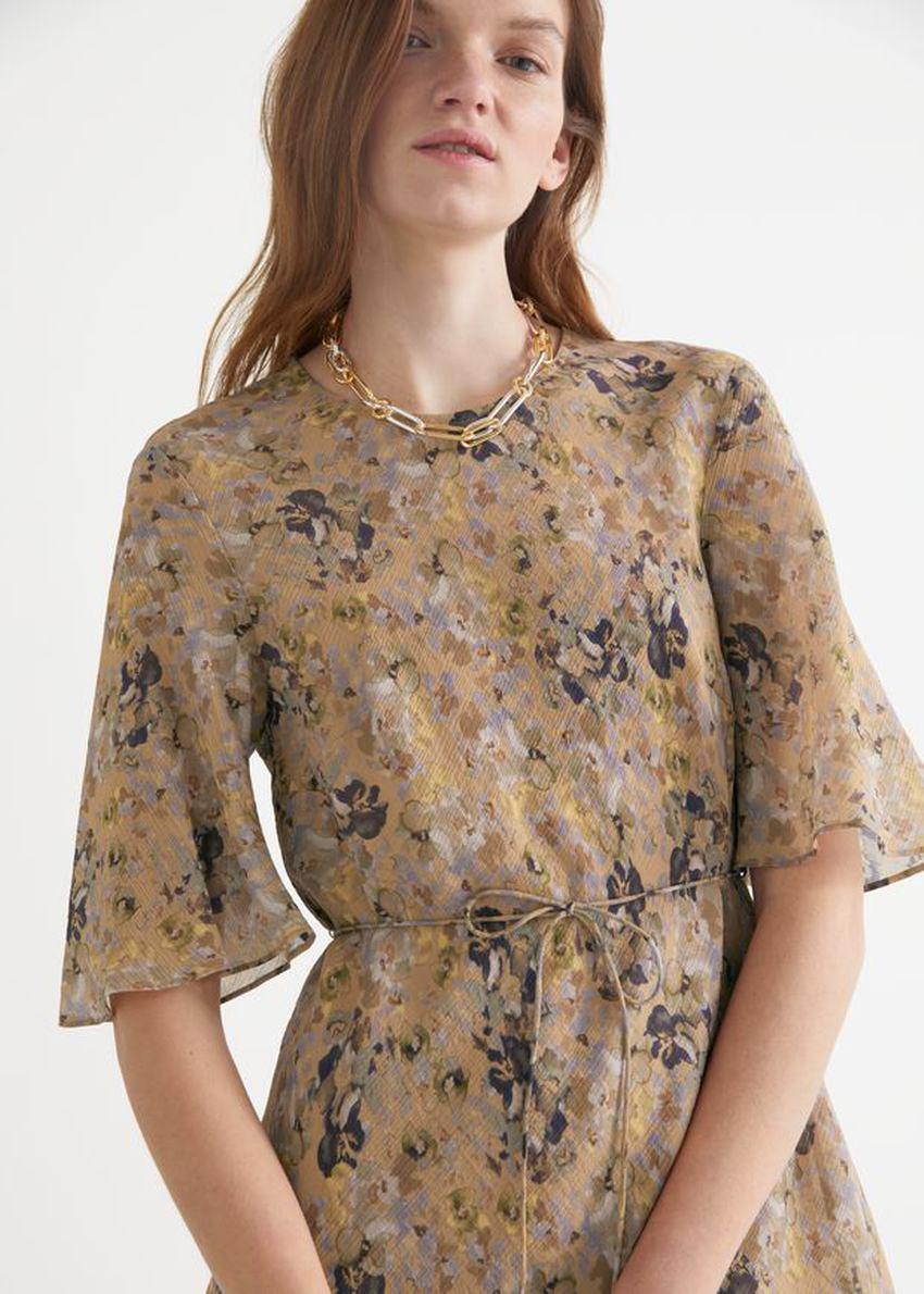 앤아더스토리즈 벨티드 A 라인 미니 드레스의 베이지 플로럴컬러 ECOMLook입니다.