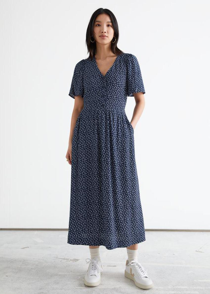 앤아더스토리즈 플러터 슬리브 맥시 드레스의 블루 프린트컬러 ECOMLook입니다.