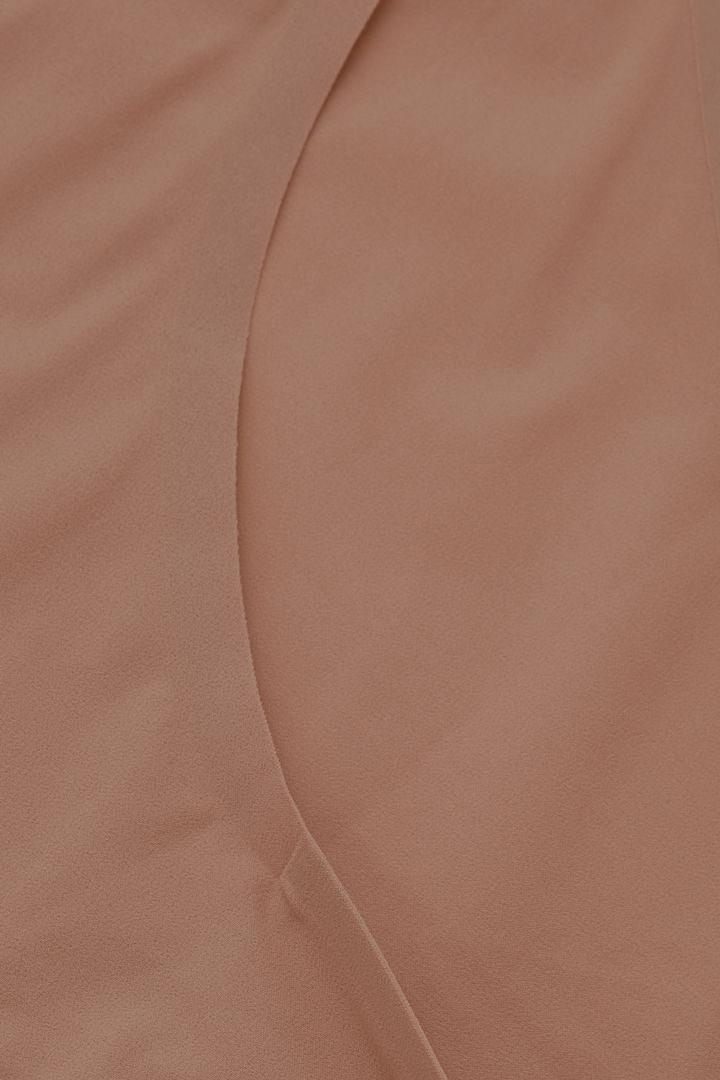 COS 스트레치 니커즈의 베이지컬러 Detail입니다.