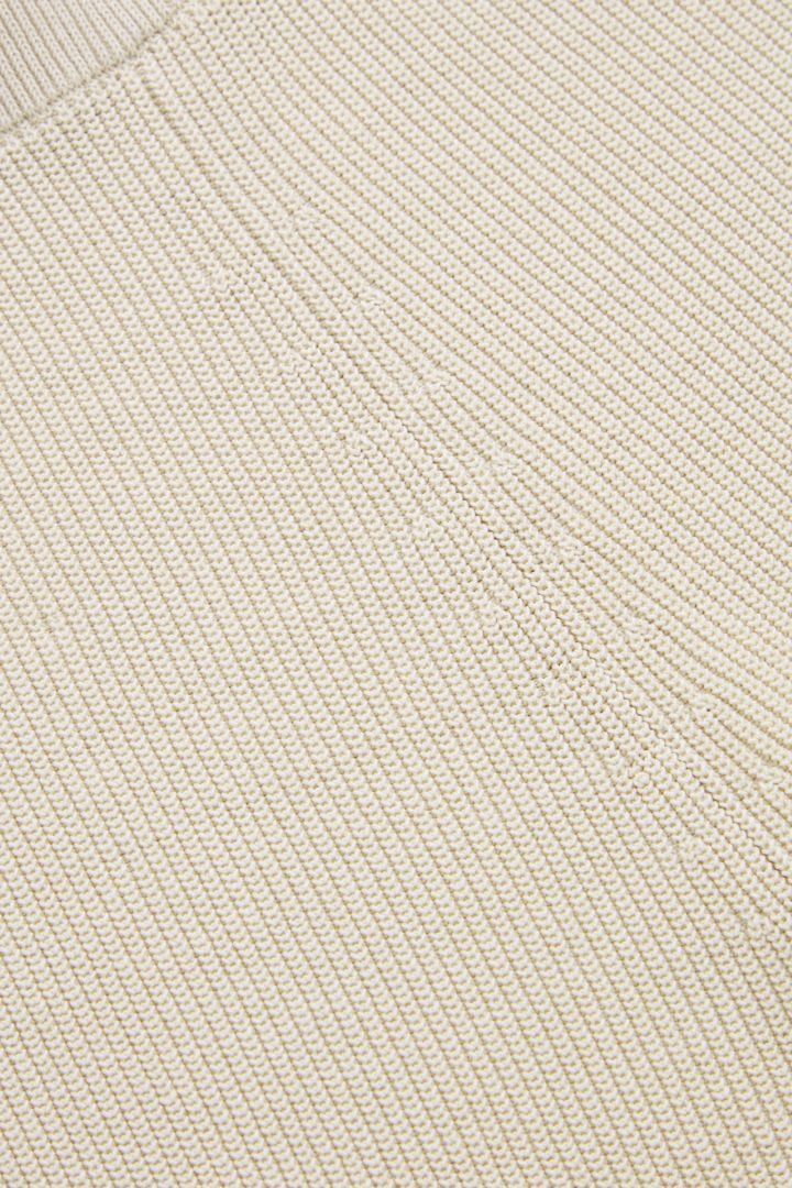 COS 니티드 쇼츠의 샌드컬러 Detail입니다.