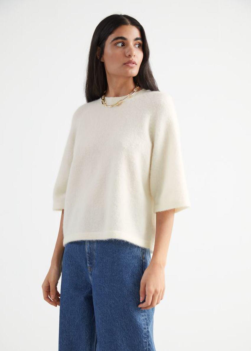 앤아더스토리즈 크롭 박시 알파카 블렌드 티셔츠의 화이트컬러 ECOMLook입니다.