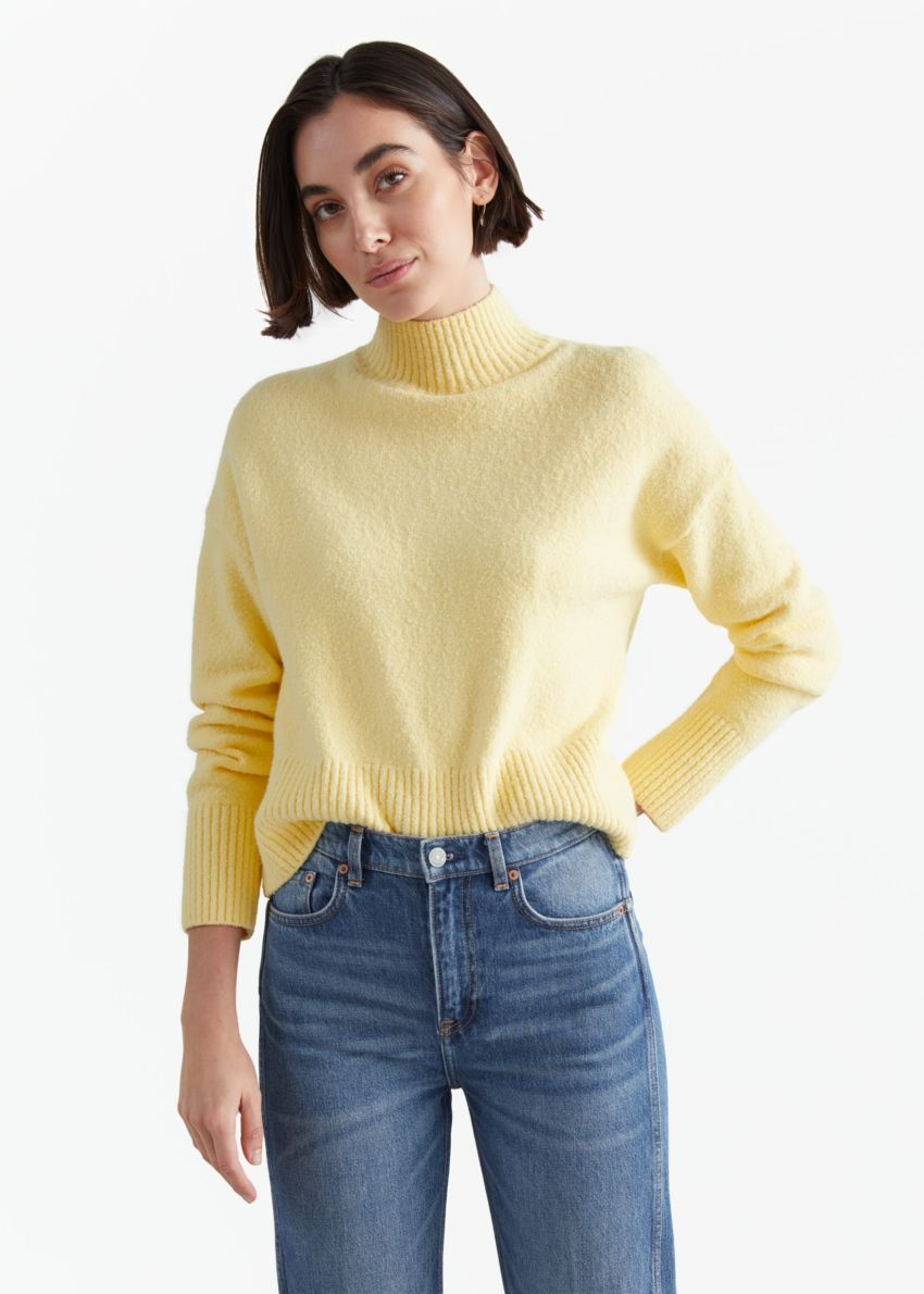 앤아더스토리즈 크롭 모크 넥 스웨터의 옐로우컬러 ECOMLook입니다.