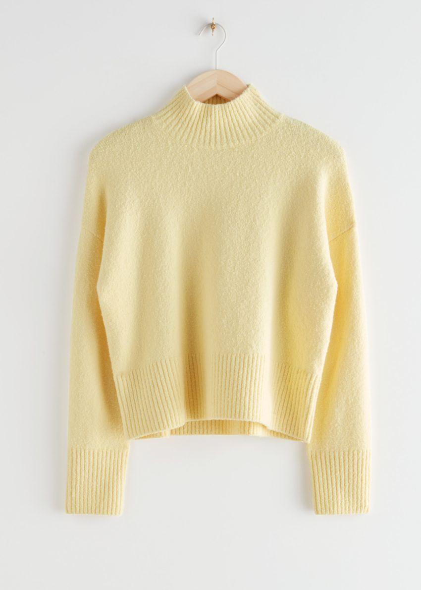 앤아더스토리즈 크롭 모크 넥 스웨터의 옐로우컬러 Product입니다.