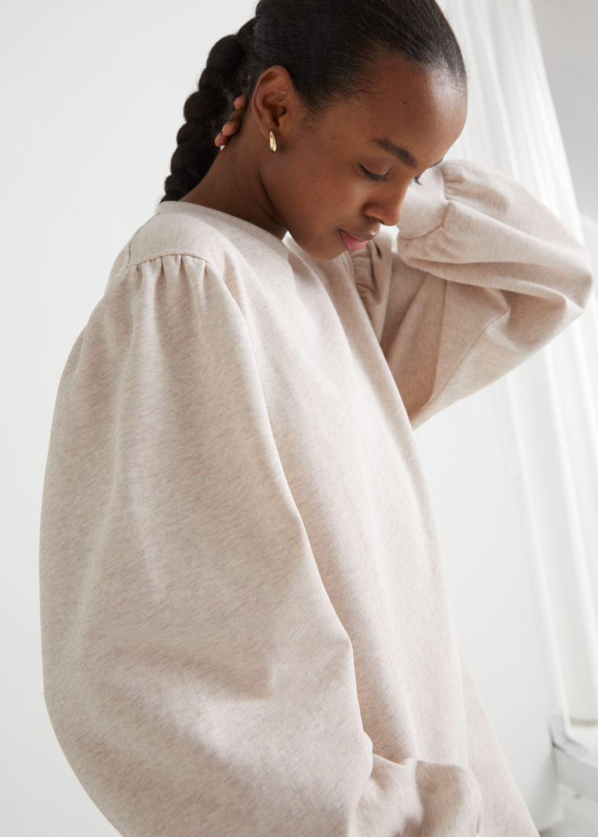 앤아더스토리즈 릴렉스드 스웨트셔츠 미니 드레스의 크림컬러 ECOMLook입니다.
