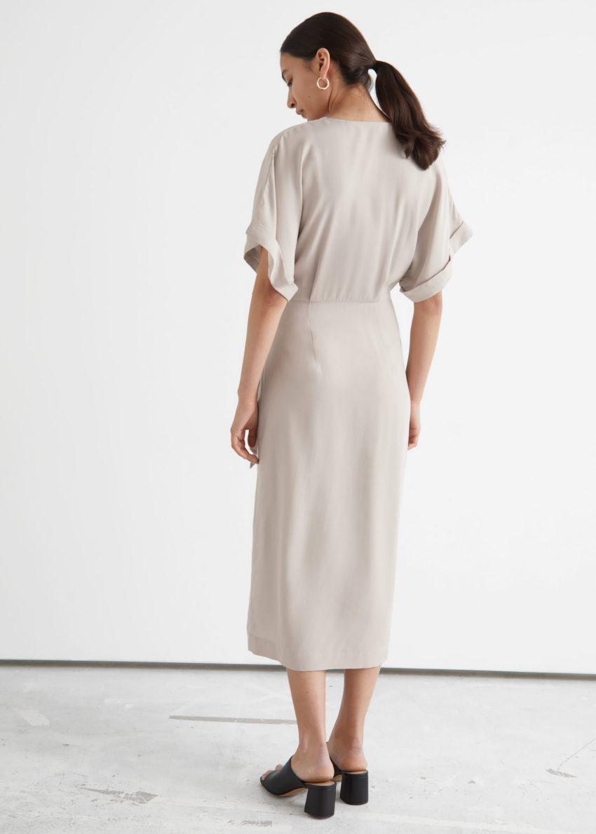 앤아더스토리즈 폴드-업 슬리브 미디 랩 드레스의 몰컬러 ECOMLook입니다.