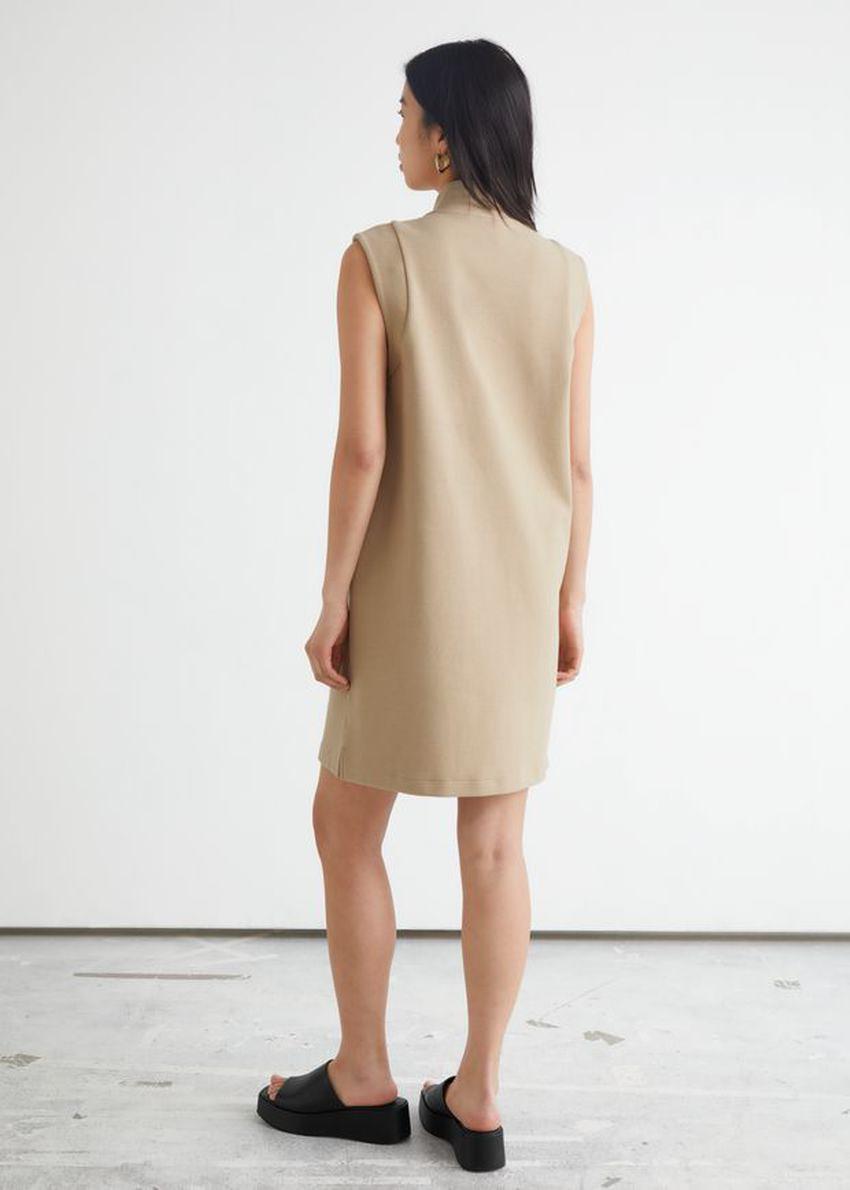 앤아더스토리즈 슬리브리스 모크 넥 미니 드레스의 베이지컬러 ECOMLook입니다.