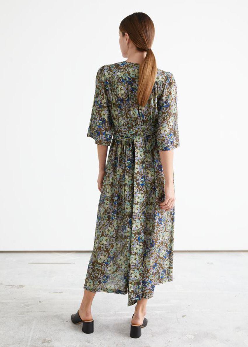 앤아더스토리즈 프린트 릴렉스드 미디 랩 드레스 의 플로럴 프린트컬러 ECOMLook입니다.