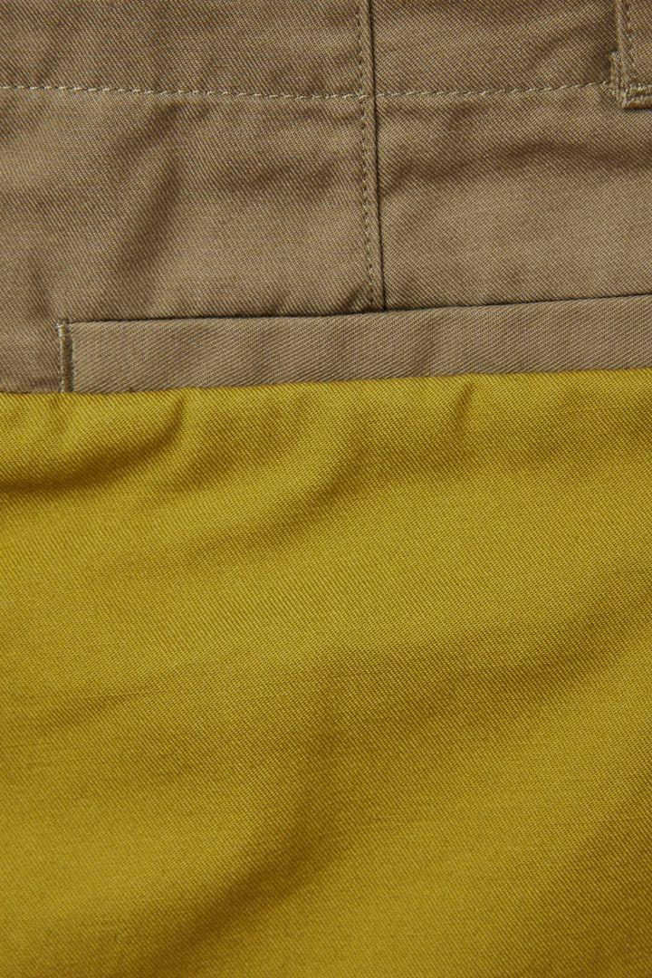 COS 컬러 블록 코튼 치노 트라우저의 그린컬러 Detail입니다.