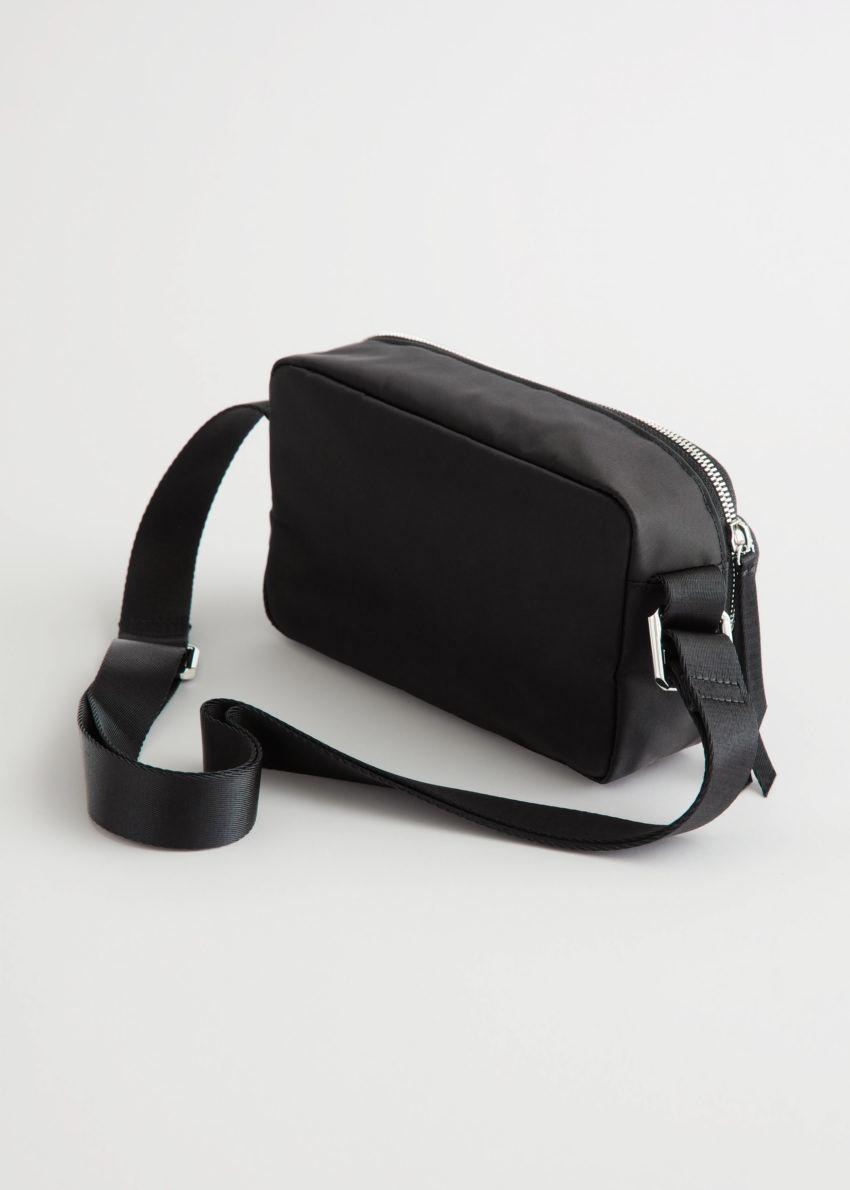 앤아더스토리즈 테크니컬 크로스바디 백의 블랙컬러 Product입니다.