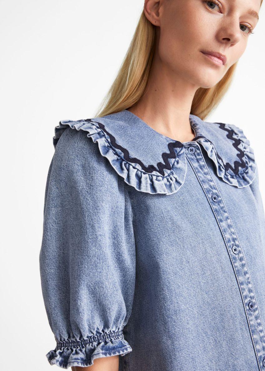 앤아더스토리즈 프릴 미니 데님 드레스의 라이트 블루컬러 ECOMLook입니다.
