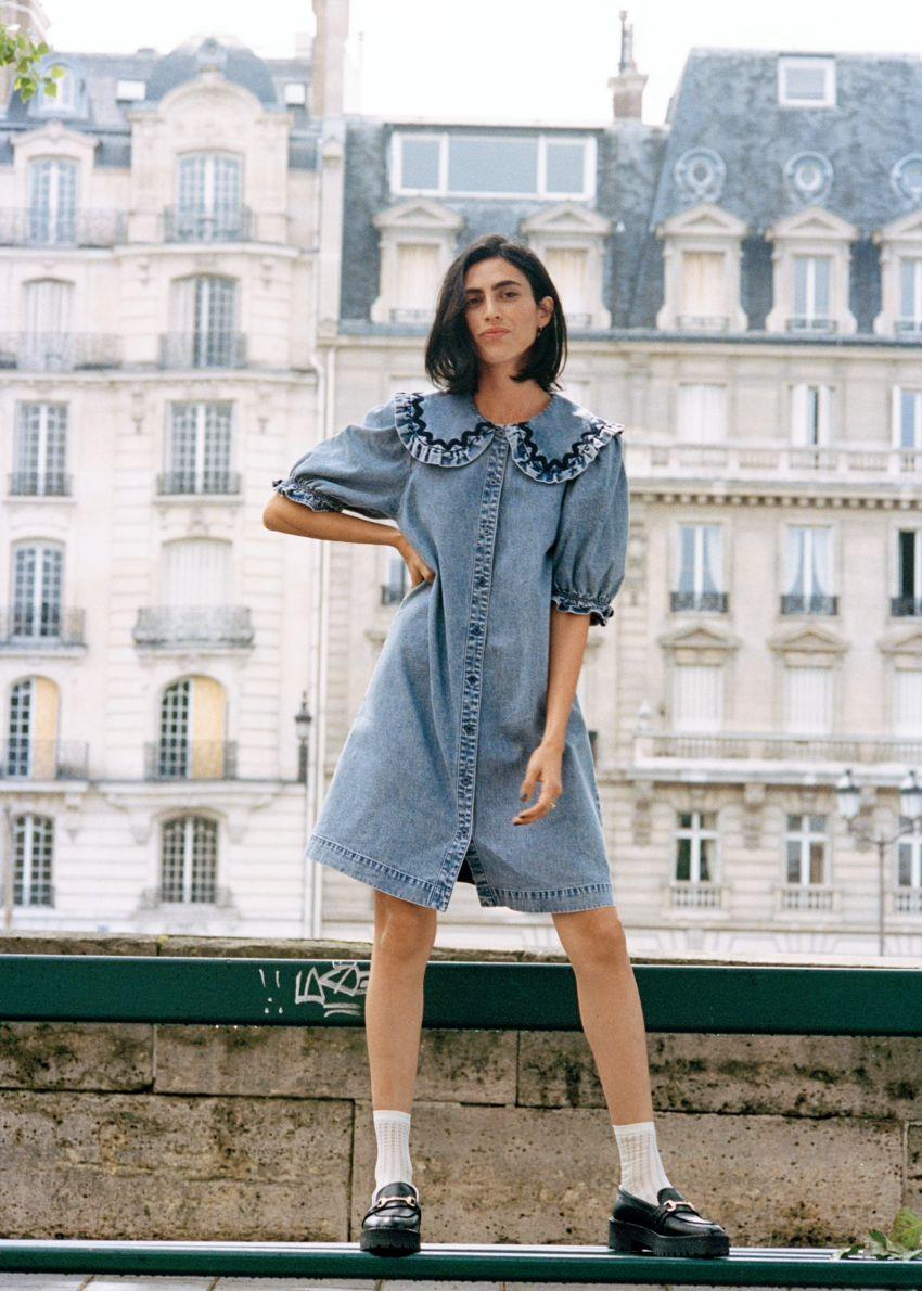 앤아더스토리즈 프릴 미니 데님 드레스의 라이트 블루컬러 Environmental입니다.