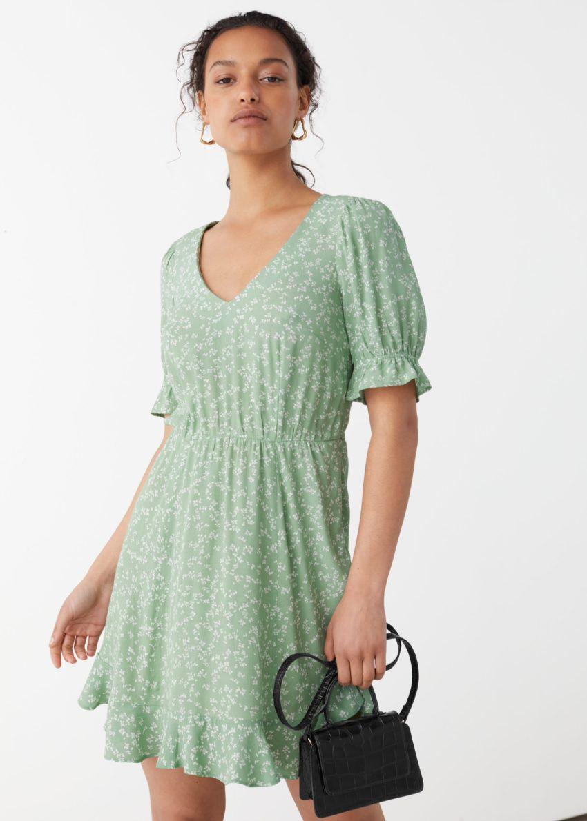 앤아더스토리즈 브이넥 퍼프 슬리브 미니 드레스의 그린 플로럴컬러 ECOMLook입니다.