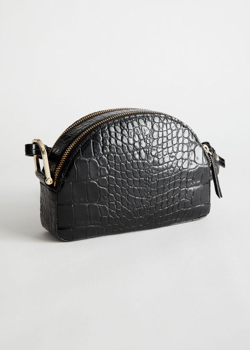 앤아더스토리즈 하프 문 크로크 엠보스드 크로스바디 백의 블랙 크로코컬러 Product입니다.