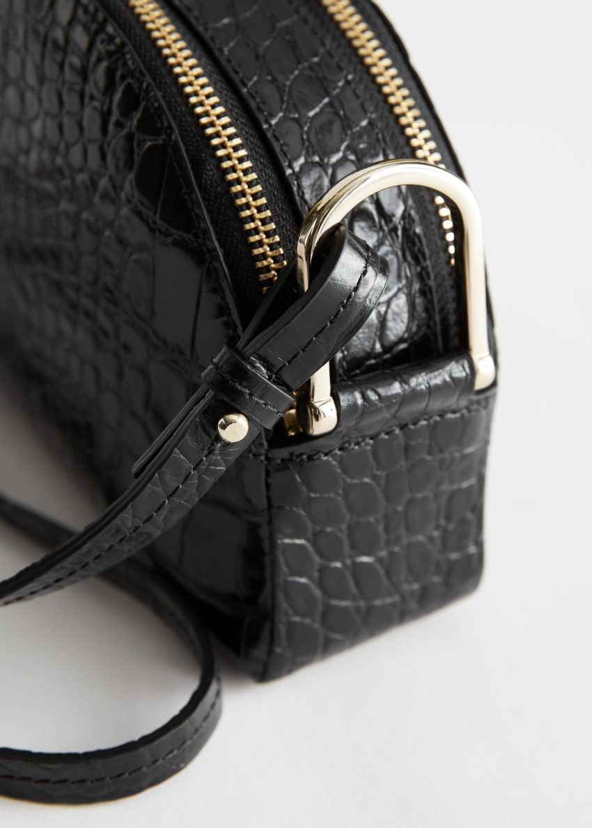 앤아더스토리즈 하프 문 크로크 엠보스드 크로스바디 백의 블랙 크로코컬러 Detail입니다.