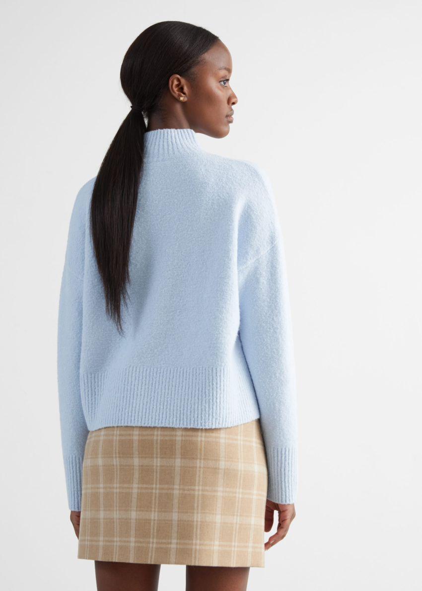앤아더스토리즈 크롭 스웨터의 라이트 블루컬러 ECOMLook입니다.