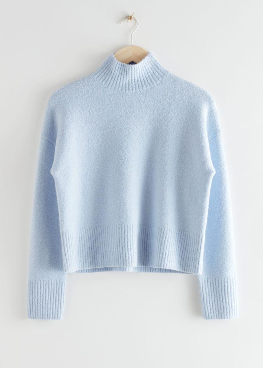 앤아더스토리즈 크롭 스웨터의 라이트 블루컬러 Product입니다.