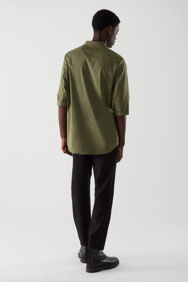 COS 슬림 칼라리스 셔츠의 카키컬러 ECOMLook입니다.