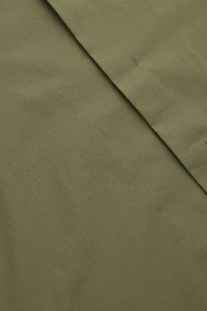 COS 슬림 칼라리스 셔츠의 카키컬러 Detail입니다.