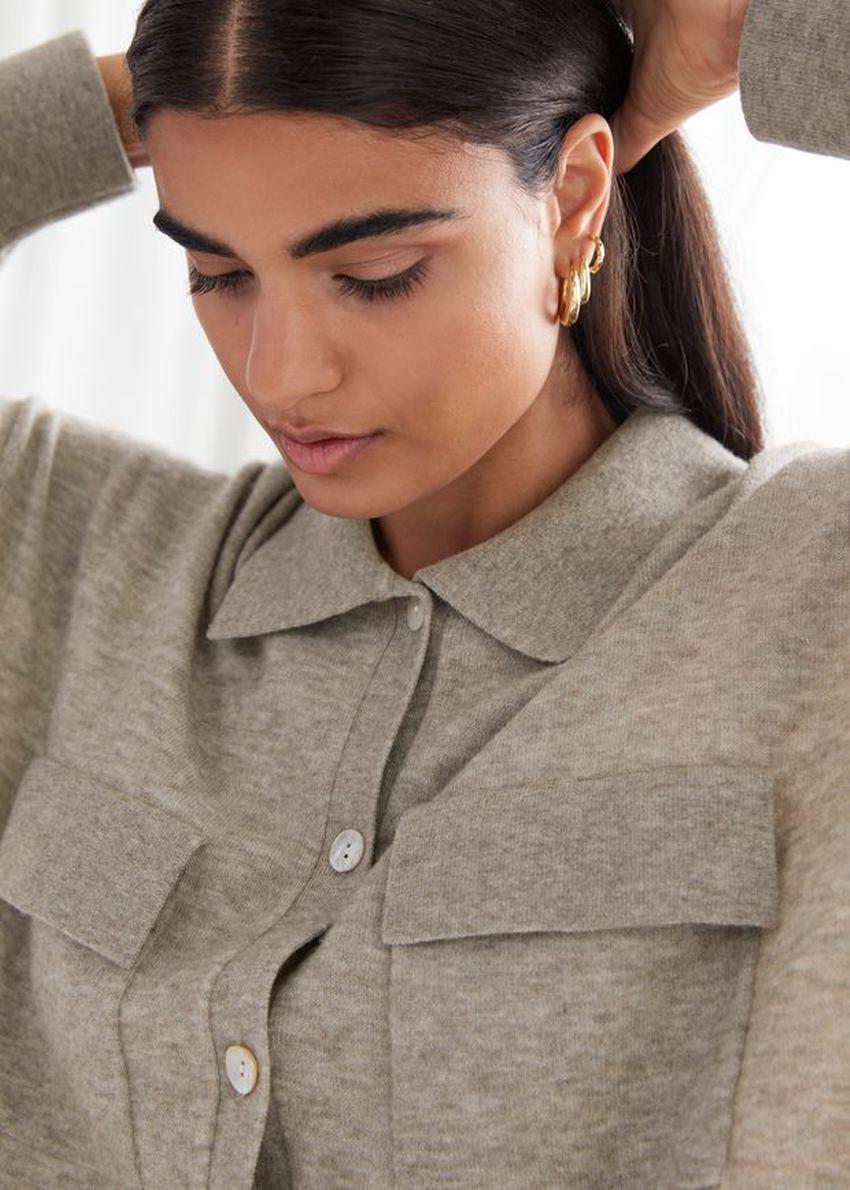 앤아더스토리즈 릴렉스드 버튼 업 셔츠의 그레이컬러 ECOMLook입니다.