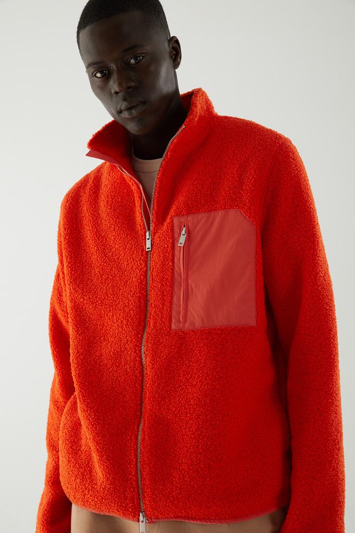 COS 테디 집업 재킷의 레드컬러 ECOMLook입니다.