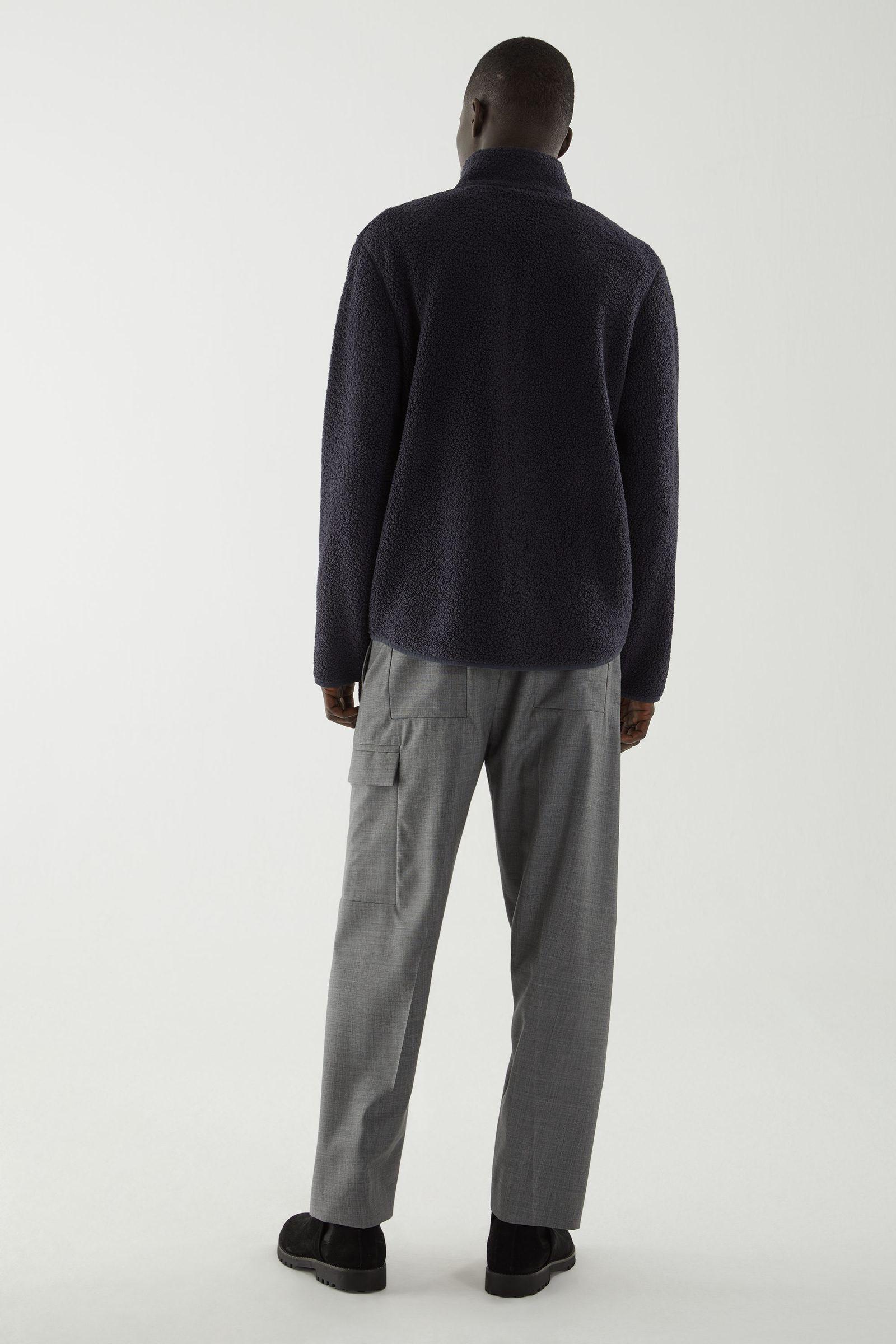 COS 테디 집업 재킷의 네이비컬러 ECOMLook입니다.