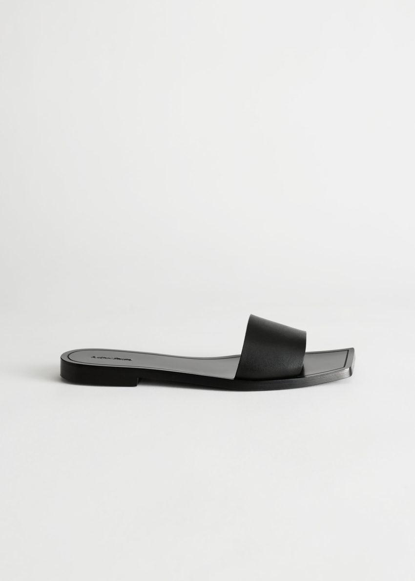 앤아더스토리즈 레더 스퀘어 토 슬립 온 샌들의 블랙컬러 Product입니다.