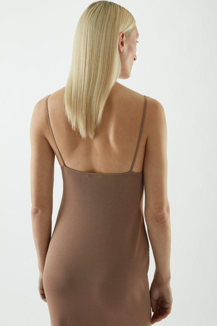 COS 백리스 니티드 슬립 드레스의 베이지컬러 ECOMLook입니다.