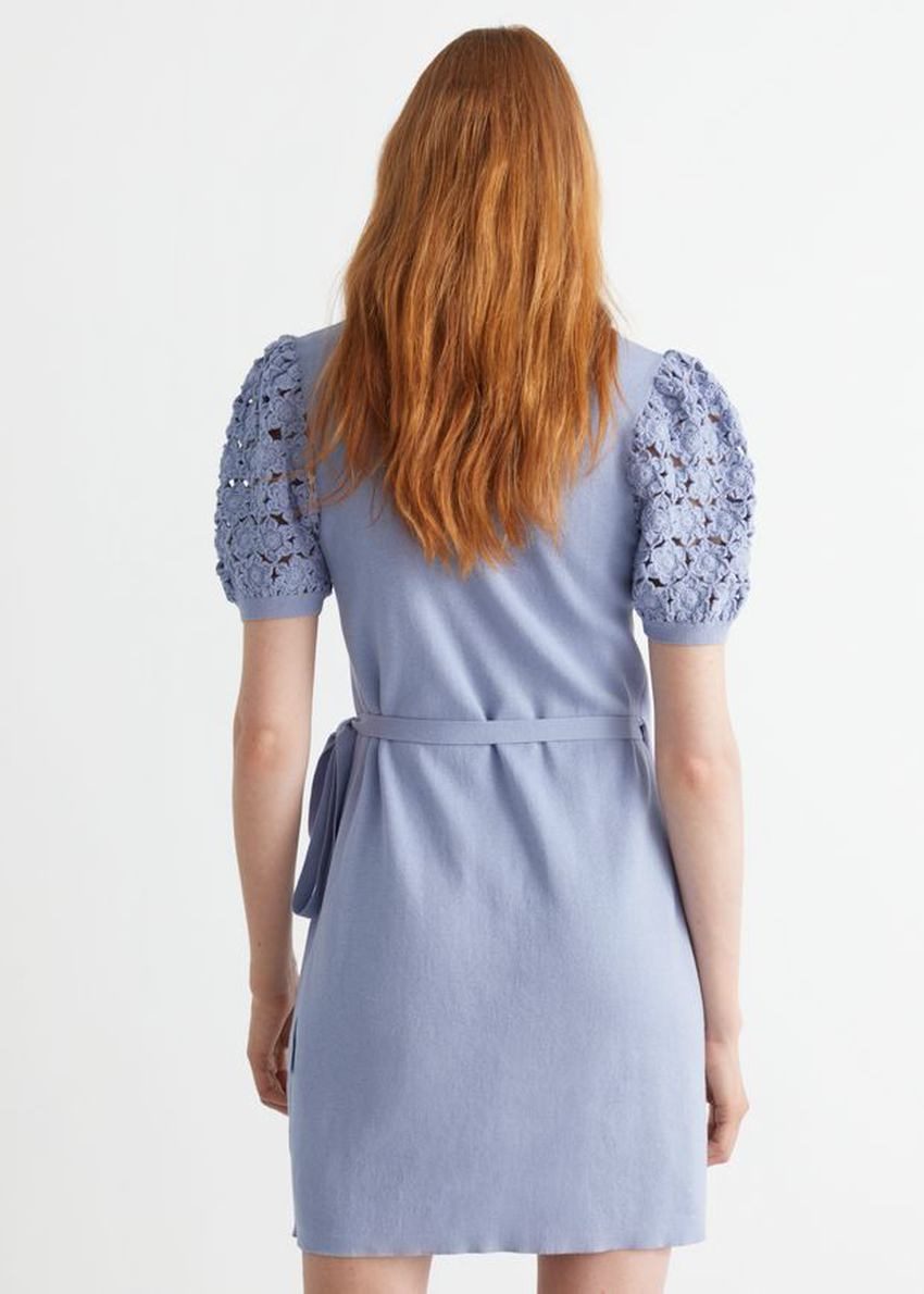 앤아더스토리즈 크로셰 미니 랩 드레스의 라이트 블루컬러 ECOMLook입니다.