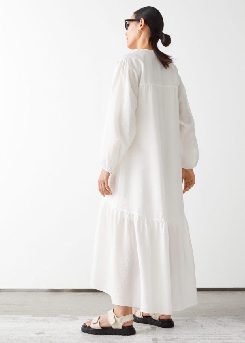 앤아더스토리즈 볼류미너스 맥시 드레스의 화이트컬러 ECOMLook입니다.