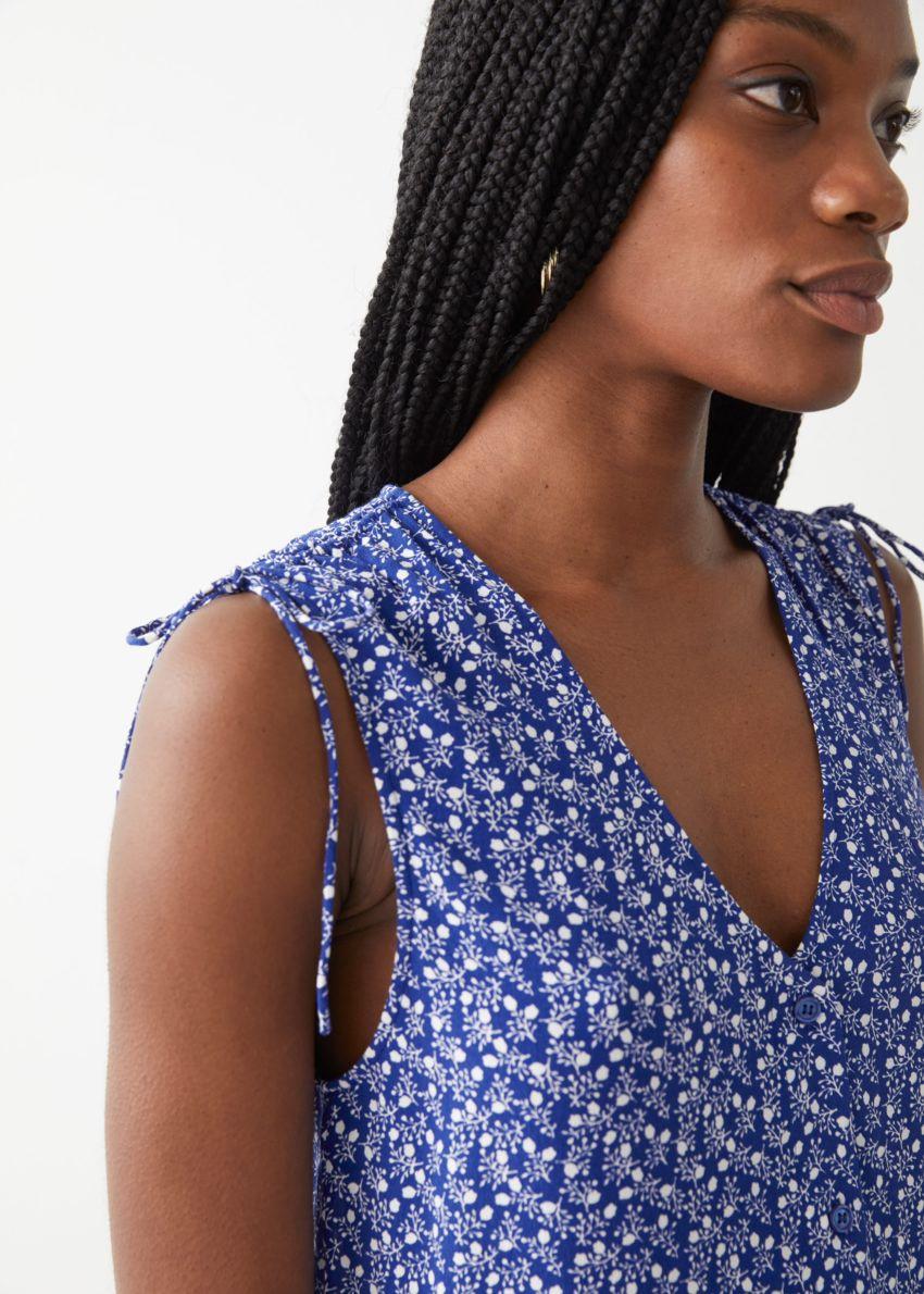 앤아더스토리즈 슬리브리스 프린트 미니 드레스의 블루 프린트컬러 ECOMLook입니다.