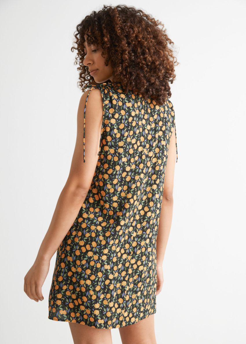 앤아더스토리즈 슬리브리스 프린트 미니 드레스의 애플 프린트컬러 ECOMLook입니다.