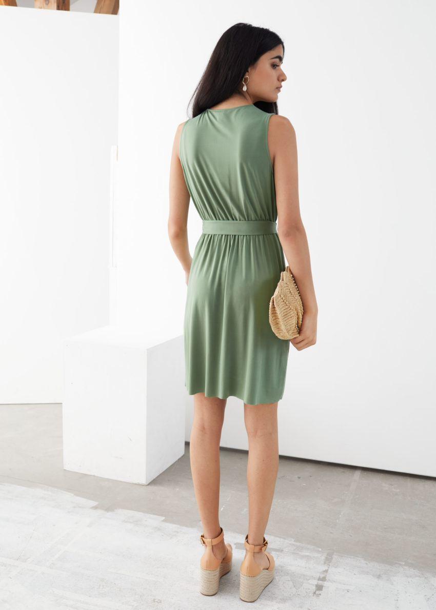 앤아더스토리즈 플런징 랩 미니 드레스의 그린컬러 ECOMLook입니다.