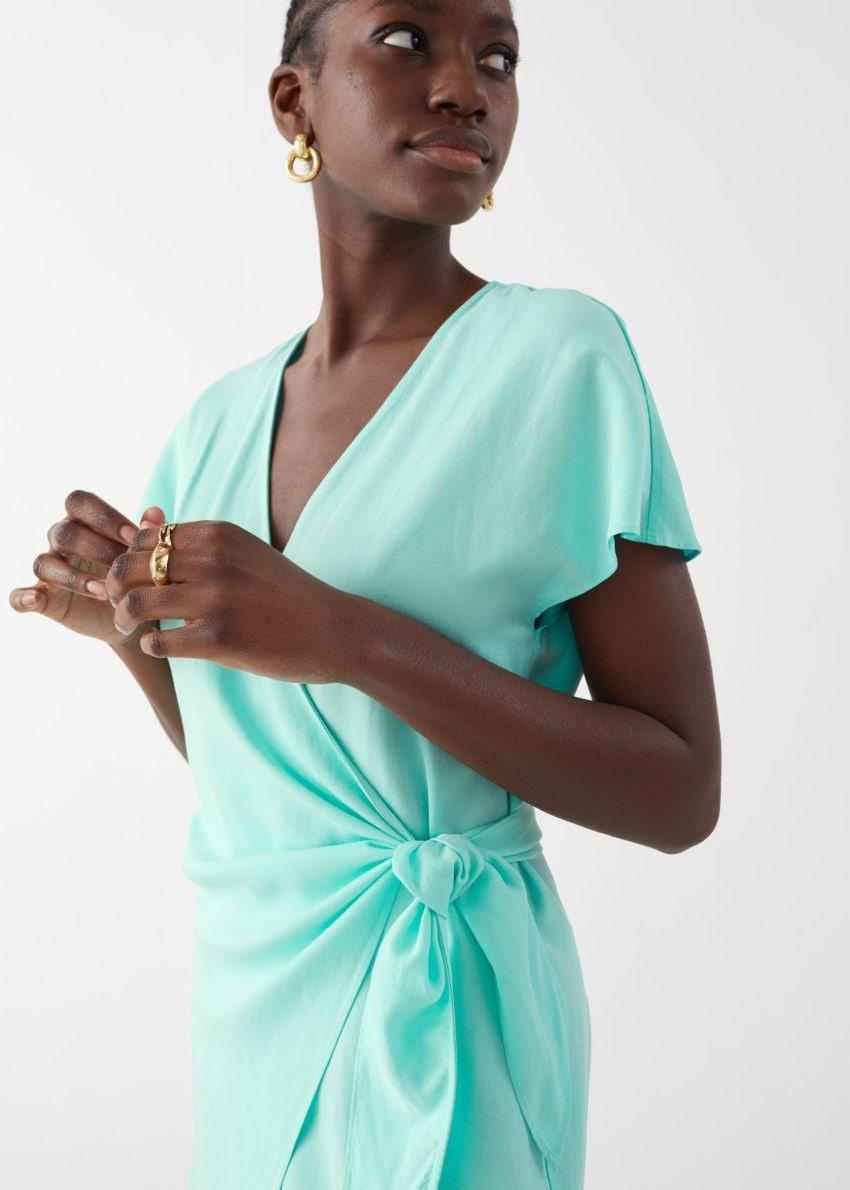 앤아더스토리즈 리오셀 블렌드 랩 미디 드레스의 터쿼이즈컬러 ECOMLook입니다.