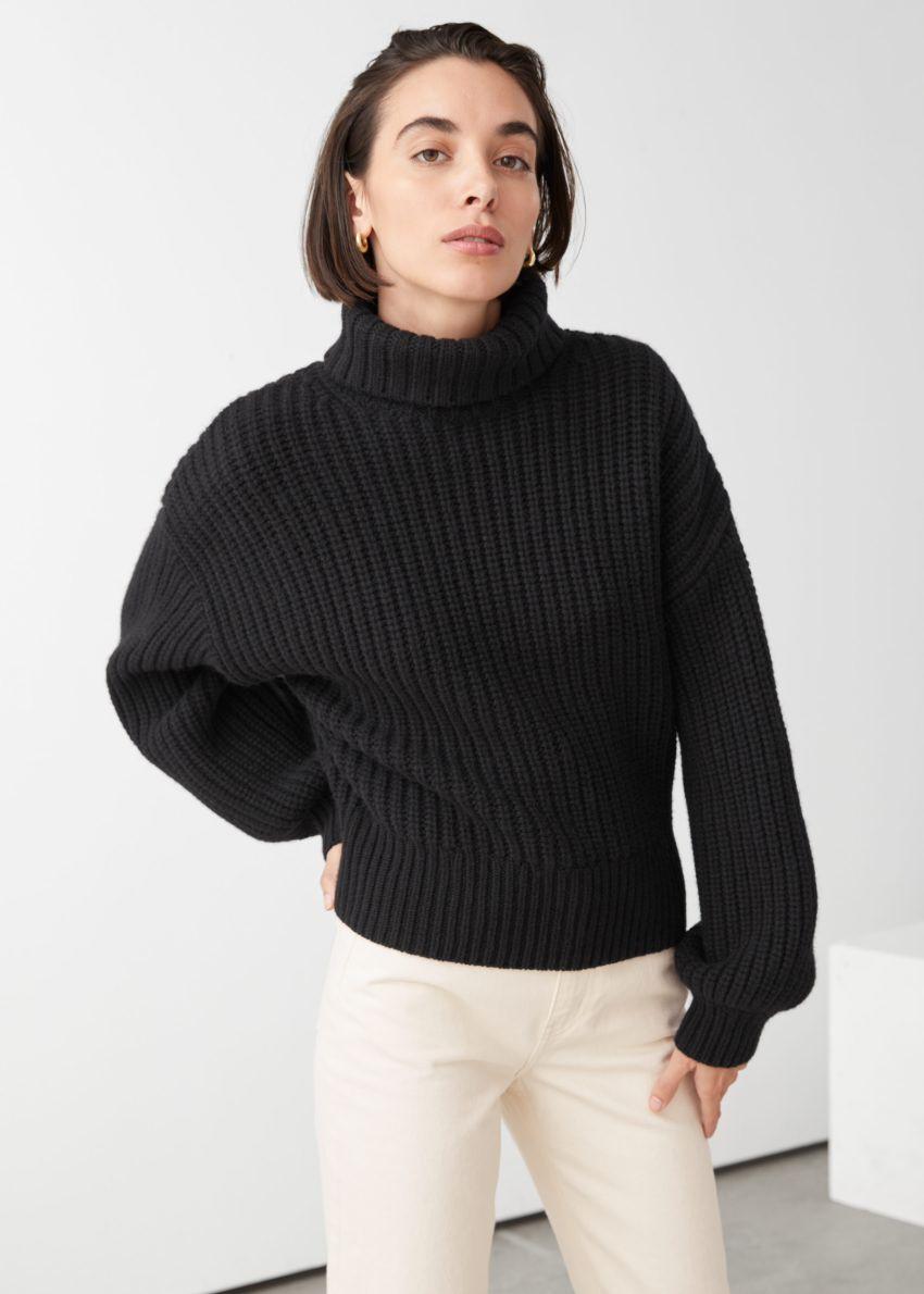 앤아더스토리즈 벌룬 슬리브 니트 스웨터의 블랙컬러 ECOMLook입니다.