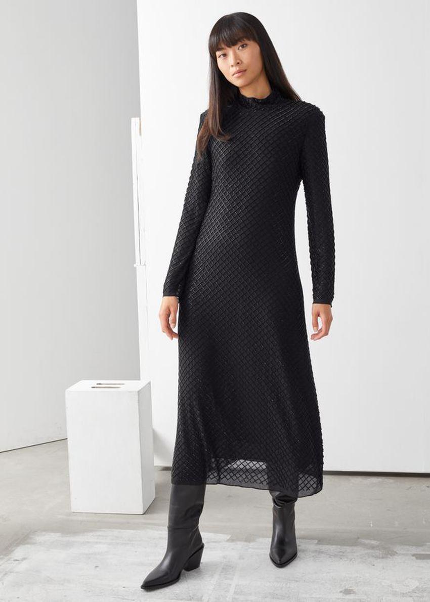 앤아더스토리즈 시어 비즈 컷 아웃 미디 드레스의 블랙컬러 ECOMLook입니다.
