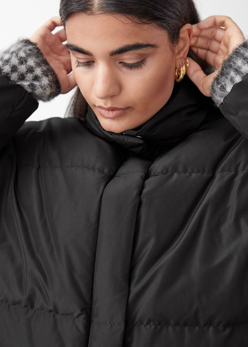 앤아더스토리즈 쇼트 오버사이즈 푸퍼 재킷의 블랙컬러 ECOMLook입니다.