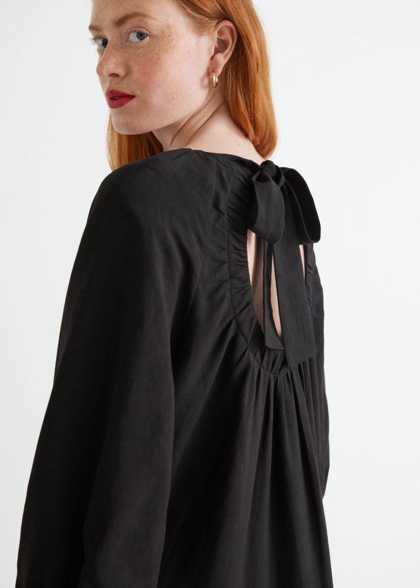 앤아더스토리즈 볼류미너스 미니 드레스의 블랙컬러 ECOMLook입니다.