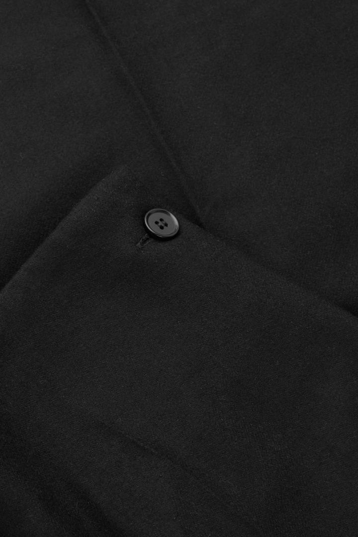 COS 울 캐시미어 테일러드 트라우저의 블랙컬러 Detail입니다.