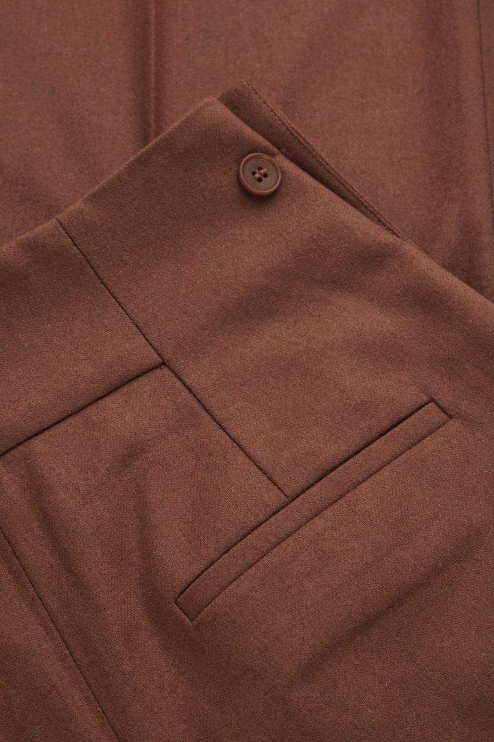 COS 울 캐시미어 테일러드 트라우저의 브라운컬러 Detail입니다.