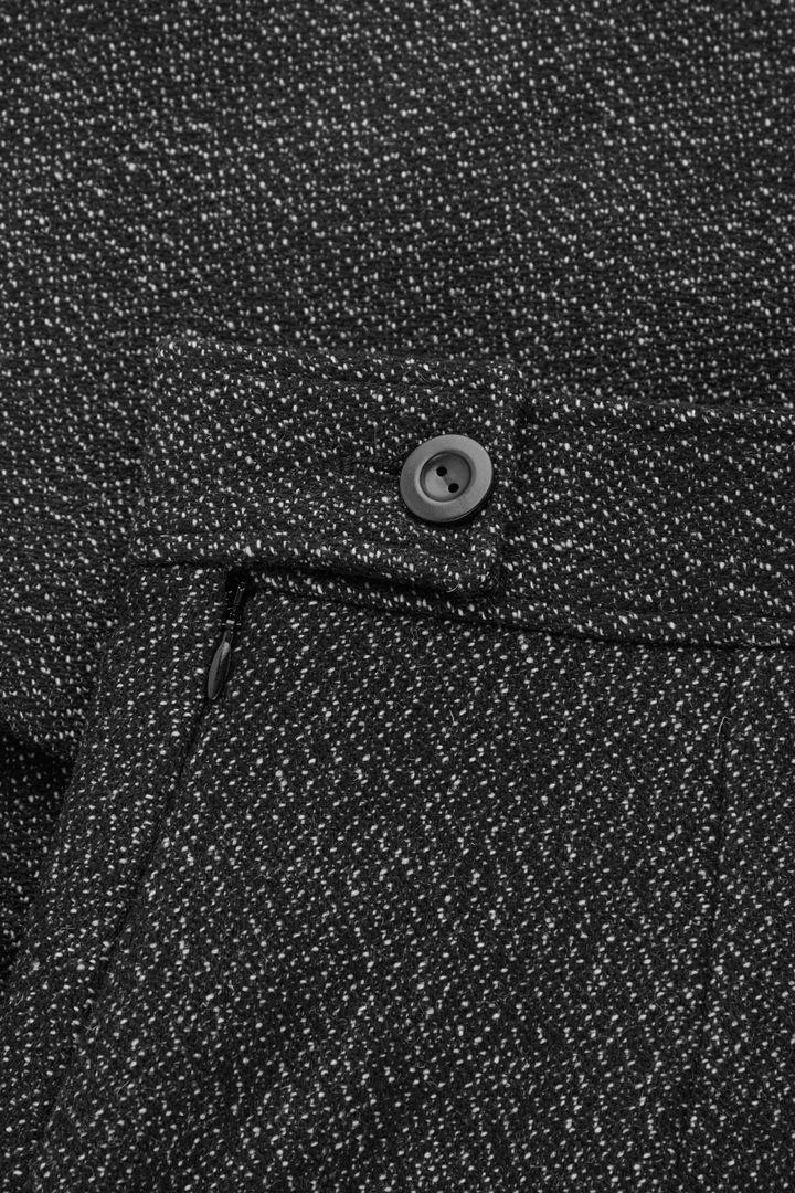 COS 플리츠 A라인 울 캐시미어 미니 스커트의 블랙컬러 Detail입니다.
