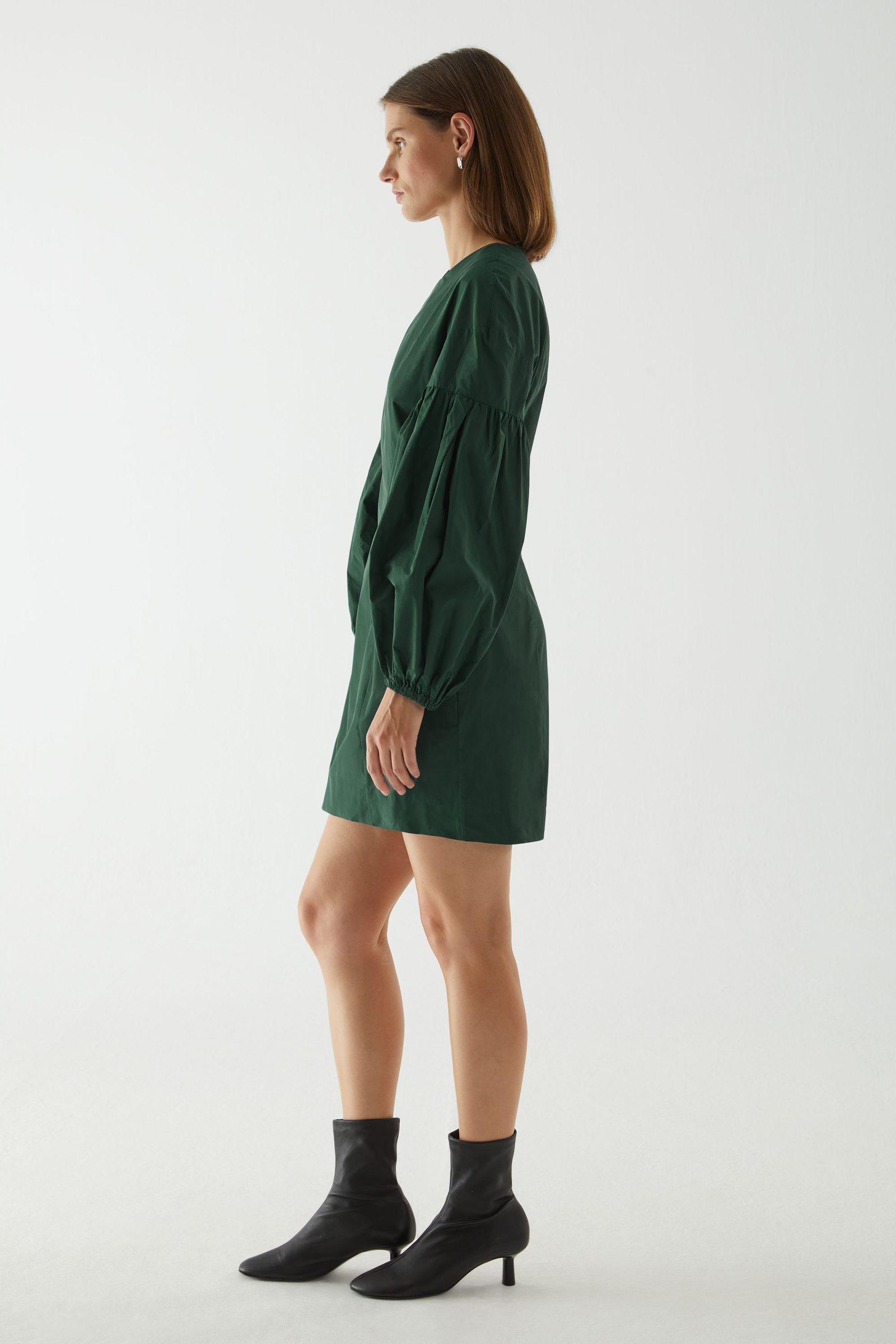 COS 볼륨 슬리브 웨이스트 드레스의 에메랄드 그린컬러 ECOMLook입니다.