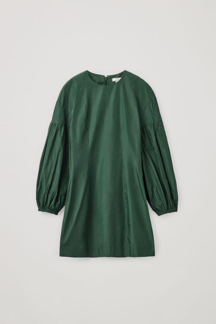 COS 볼륨 슬리브 웨이스트 드레스의 에메랄드 그린컬러 Product입니다.