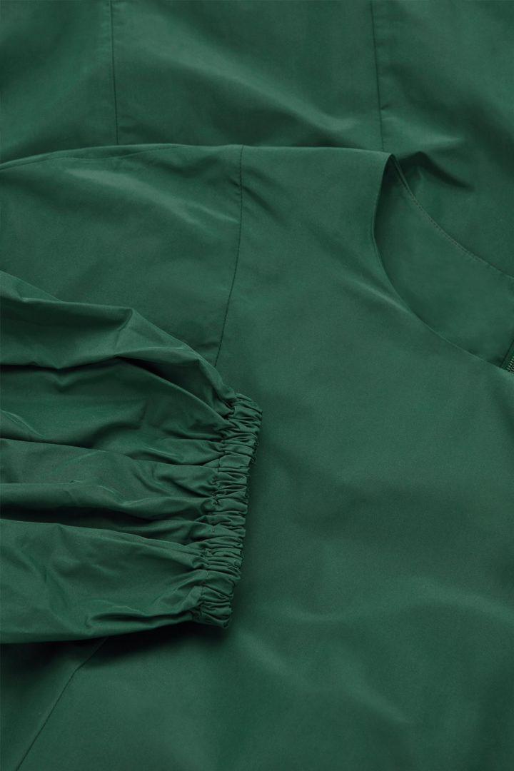 COS 볼륨 슬리브 웨이스트 드레스의 에메랄드 그린컬러 Detail입니다.