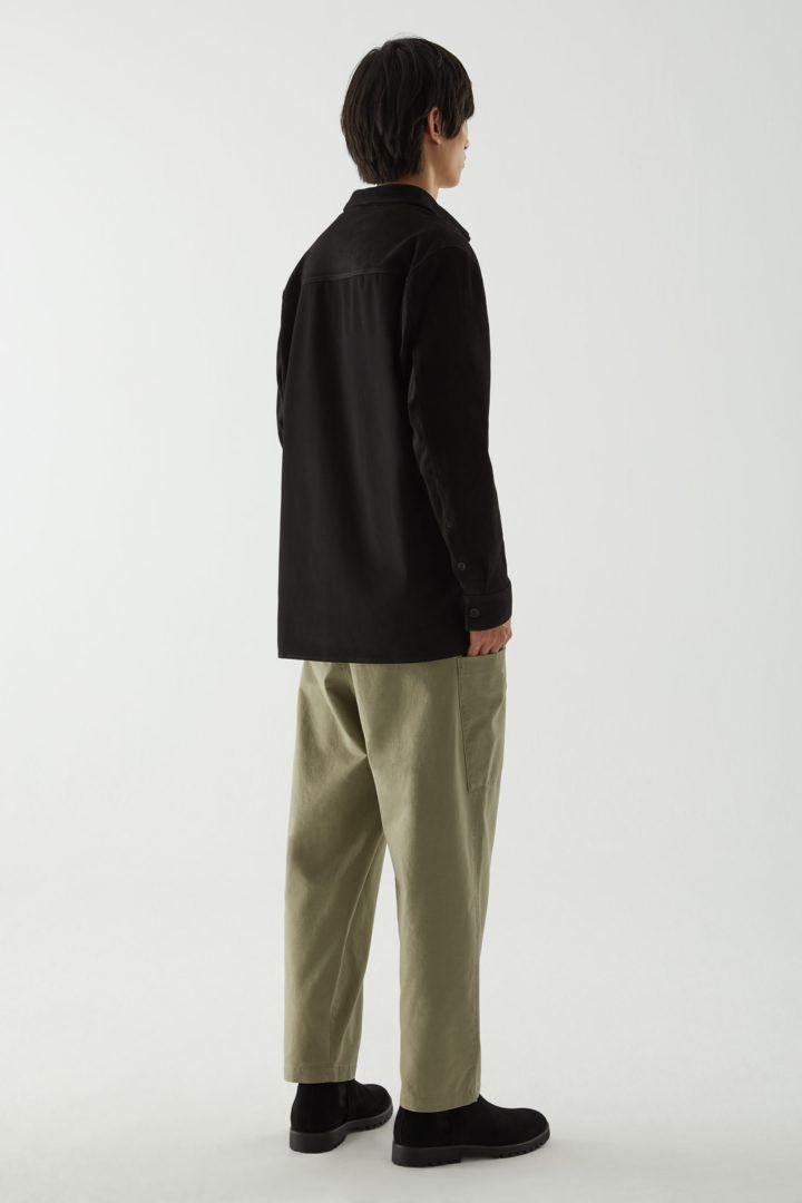 COS 릴랙스드 스웨이드 코튼 오버셔츠의 블랙컬러 ECOMLook입니다.
